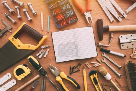 Photo pour Vue du dessus des outils de réparation ménagère bricoleur sur le bureau avec espace de copie - image libre de droit