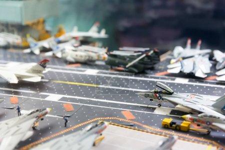 Photo pour Miniature modèle de piste porte-avions avec des avions et des personnages, uss musée maritime - image libre de droit