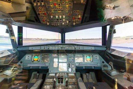 Photo pour À l'intérieur de la cabine de pilote. Tableau de bord avionique, volants, fenêtres - image libre de droit