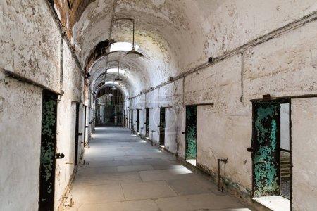 Foto de Interior antigua prisión pasillo con paredes de ladrillo grunge - Imagen libre de derechos