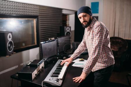 Photo pour Ingénieur de l'audio, homme du son travaillant avec synthétiseur en studio. Technologie professionnelle d'enregistrement sonore numérique - image libre de droit