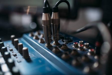Photo pour Panneau de contrôle du niveau de volume, gros plan. Industrie de l'ingénierie audio professionnelle - image libre de droit