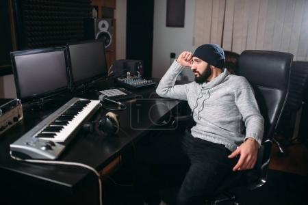Photo pour Producteur sonore avec micro dans le studio de musique. Technologie de record audio numérique professionnelle - image libre de droit
