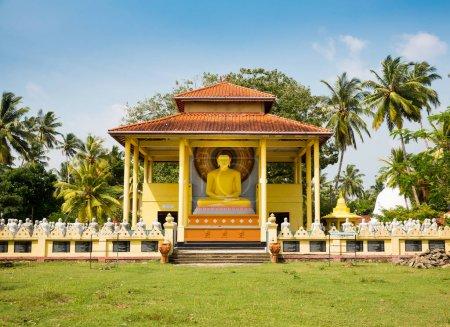 Photo pour Ancienne statue de Bouddha dans un temple de Sri Lanka, patrimoine de l'Unesco. Culture de l'Asie, religion bouddhisme - image libre de droit