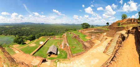 Photo pour Ancien temple bouddhiste à Sigiriya, Sri Lanka. Lieu touristique célèbre. Patrimoine mondial sous protection de l'Unesco - image libre de droit