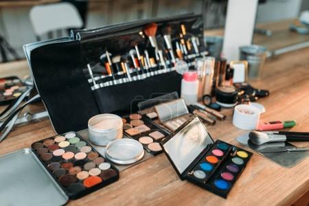 Photo pour Collection de cosmétiques de couleur professionnelle et accessoires sur table en bois - image libre de droit