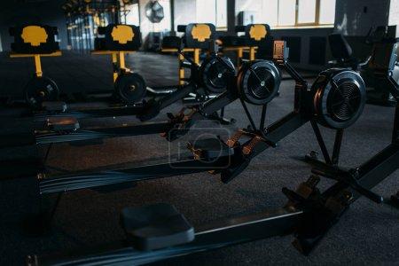 Photo pour Intérieur de la salle de gym vide. Machines d'entraînement de force. Équipement de sport Centre - image libre de droit
