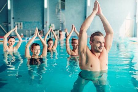 Foto de Entrenamiento de aquaerobic en centro de deportes de agua, piscina, ocio recreativo - Imagen libre de derechos