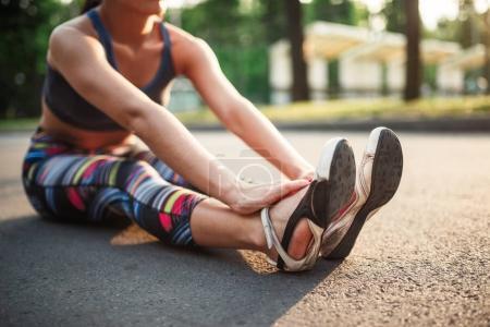 Photo pour Athlétique jeune femme exerçant, remise en forme entraînement en plein air dans le parc de l'été - image libre de droit