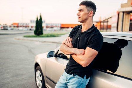 Foto de Joven de pie cerca de coche, concepto de publicidad. Estilo de vida del automóvil. Auto negocio - Imagen libre de derechos