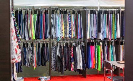 Photo pour Robes et vêtements suspendus dans le magasin de mode, boutique - image libre de droit