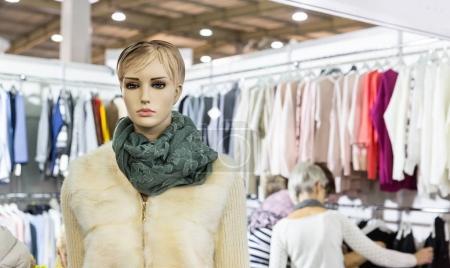 Photo pour Mannequin dans une boutique de vêtements, boutique, magasin de mode. Vêtements et robes sur fond - image libre de droit