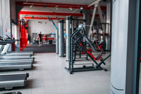 Photo pour Intérieur de la salle de gym, musculation et matériel de sport - image libre de droit