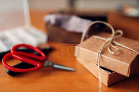 Photo pour Cadeau d'aiguille et ciseaux sur table en bois, outils artisanaux - image libre de droit