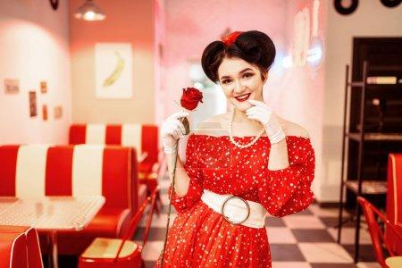 Photo pour Souriant pin-up femme posant tenue mode américaine rose, rétro - image libre de droit