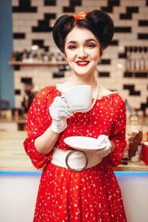 Photo pour Sexy Pin-up femme avec maquillage boire le café en café rétro, populaire rétro mode américaine - image libre de droit