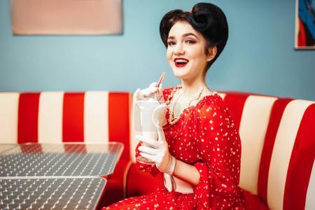 Photo pour Sexy Pin-up femme avec maquillage boisson milkshake café rétro, populaire rétro mode américaine - image libre de droit