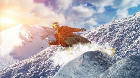 Photo pour Snowboarder jumping on speed slope, sportif en action, sport d'hiver actif, mode de vie extrême - image libre de droit