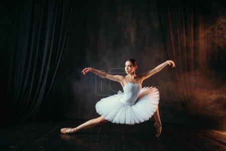 Photo pour Ballerine gracieuse et belle, en costume blanc, danser dans la classe de ballet - image libre de droit