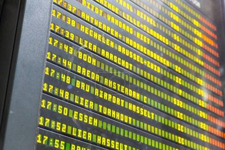 Photo pour Horaire de la gare en Europe, fermeture. Affichage des informations sur les destinations et les départs, chemins de fer européens, horaires, tourisme et voyages - image libre de droit