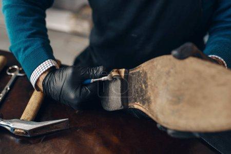 Photo pour Bootmaker réparant la chaussure, service de réparation de chaussures. Compétence d'artisan, atelier de cordonnerie, maîtrise en bottes, travail de cordonnier - image libre de droit