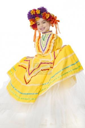 Photo pour Belle petite fille portant une robe mexicaine traditionnelle colorée et un morceau de cheveux, fond blanc - image libre de droit