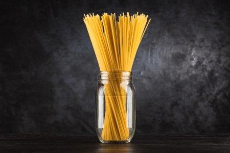 Photo pour Spaghetti cru sur fond noir - image libre de droit