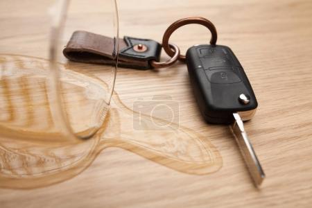 Photo pour Concept de conduite en état d'ébriété - bière renversée et clés de voiture sur une table - image libre de droit