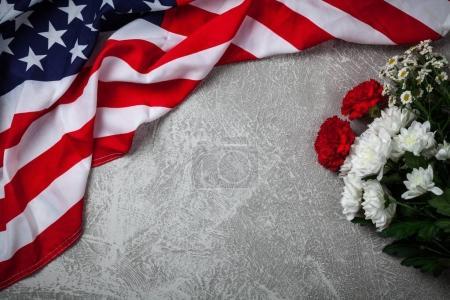 USA-Flagge auf grauem Hintergrund