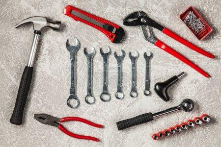 Photo pour Outils de bricolage sertie de différents types de clés, marteaux et pinces - image libre de droit