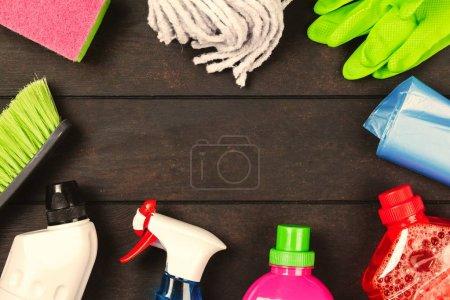 Photo pour Set de fournitures de nettoyage sur fond bois foncé - image libre de droit