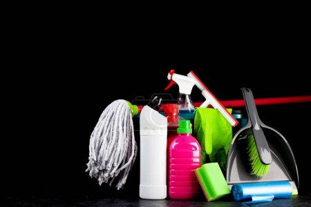 Photo pour Ensemble de produits de nettoyage isolé sur fond noir - image libre de droit