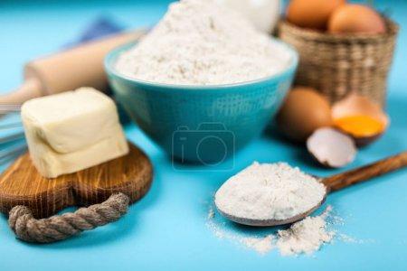 Photo pour Œufs, farine et ingrédients de base pour la cuisson - image libre de droit