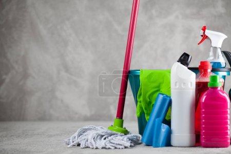 Photo pour Ensemble de produits de nettoyage sur fond gris - image libre de droit