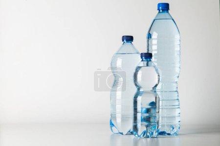 Photo pour Bouteille d'eau en plastique et en verre - image libre de droit