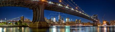 Photo pour Panorama de Manhattan et Brooklyn Bridge avec ligne d'horizon au coucher du soleil, New York - image libre de droit