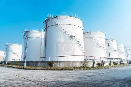 Photo pour Réservoirs de pétrole dans la raffinerie de pétrole moderne - image libre de droit