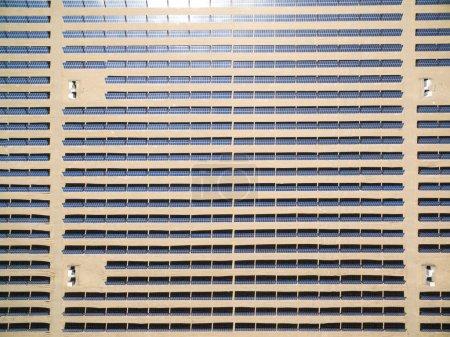 Foto de Estación de energía solar en el campo desde la vista superior - Imagen libre de derechos