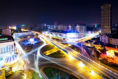 Photo pour Scène de nuit de trafic intense sur la route élevée dans le centre de la ville moderne - image libre de droit