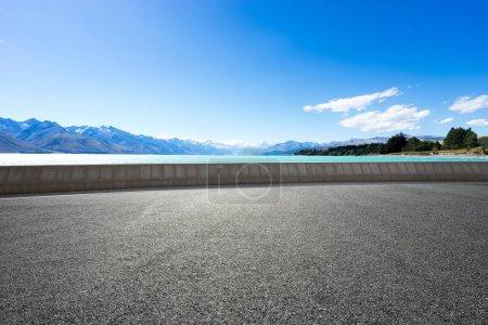 Photo pour Paysage de la mer bleue de la route vide - image libre de droit