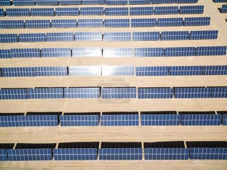 Foto de Central solar en el campo desde la vista superior - Imagen libre de derechos