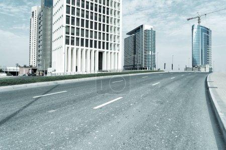 Asphaltstraße mitten in Dubai unter Sonnenlicht