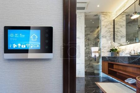 Photo pour Écran intelligent avec salle de bains moderne et maison intelligente - image libre de droit