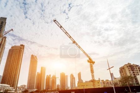 Photo pour Chantier de construction dans le centre de Dubaï sous le soleil - image libre de droit