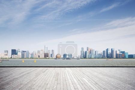 Foto de Piso de mármol vacío y paisaje urbano de Hangzhou Qianjiang nueva ciudad en el cielo azul de la nube - Imagen libre de derechos