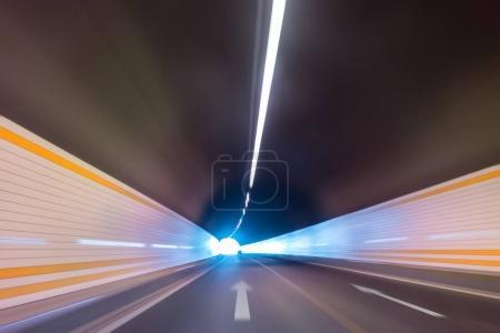 Photo pour Mouvement abstrait de la vitesse dans le tunnel routier, mouvement flou vers le centre - image libre de droit