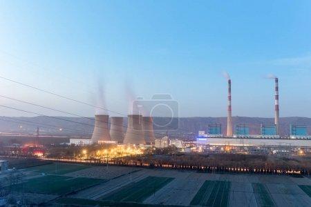 Photo pour Centrale thermique moderne à la tombée de la nuit, province de Gansu, Chine - image libre de droit