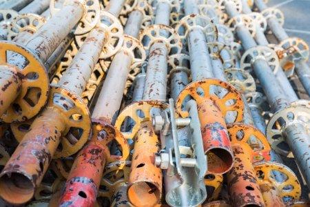 Photo pour Un tas de tuyau d'échafaudage, matériaux de construction gros plan - image libre de droit