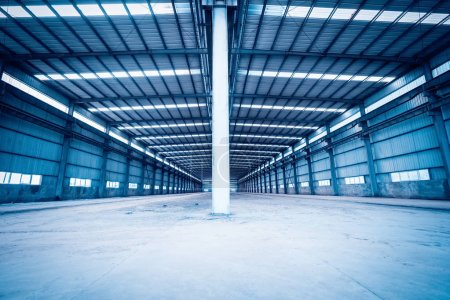 Photo pour Entrepôt de structure en acier vide, bâtiments d'usine abandonnés ou arrière-plan d'atelier - image libre de droit