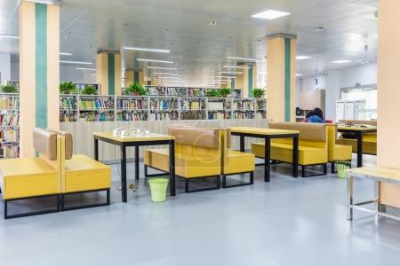 Photo pour Bibliothèque espace de lecture, un siège confortable et fond d'étagère - image libre de droit